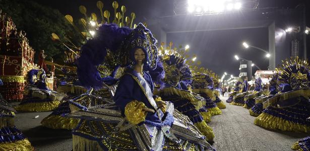 Mais da noite em SP | Pérola Negra supera enchente e encanta com homenagem a ciganos