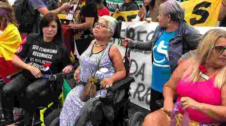 """Luciana Trindade (à esquerda, de camiseta preta): """"Não encontro pessoas com deficiência nos lugares que frequento, nos movimentos políticos e sociais"""", diz - Gabriela Burdamnn/UOL"""