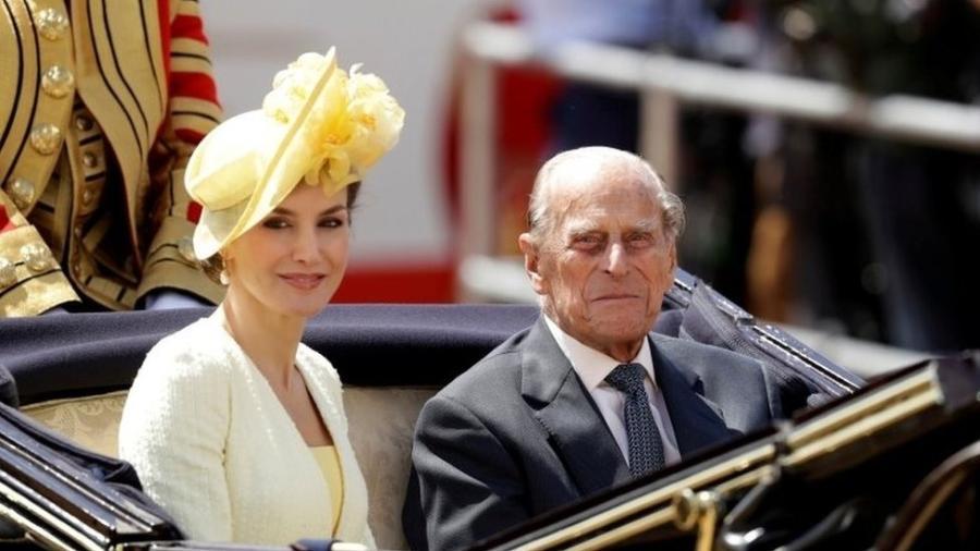 Rainha Letizia da Espanha em uma carruagem com príncipe Philip, em 2017 - Reuters