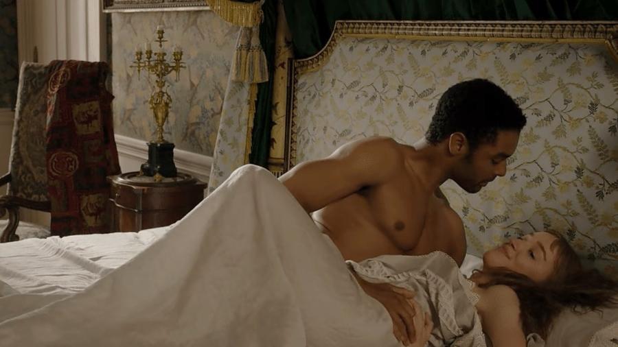 """O Duque (Regé-Jean Page) e Daphne (Phoebe Dyvenor) em """"Bridgerton"""" - Reprodução"""