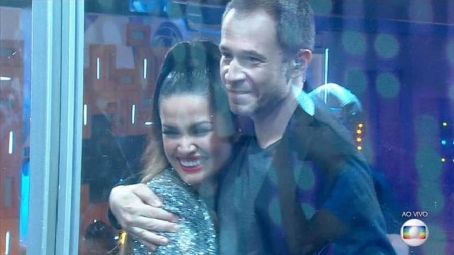 BBB 21: Tiago Leifert abraça Juliette na grande final - Reprodução/Globoplay