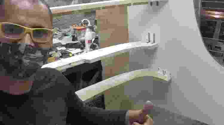 Paulo Cunha da Silva em sua oficina com parte da carenagem de madeira feita pelo marceneiro - Arquivo pessoal - Arquivo pessoal