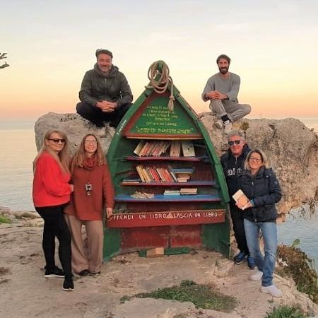 Lattarulo acima, à esquerda, junto com os amigos que ajudaram a montar a estante - Arquivo Pessoal/ Leonardo Lattarullo