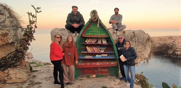 'Livros parceiros de viagem'   Pescador transforma barco antigo em biblioteca no litoral da Itália