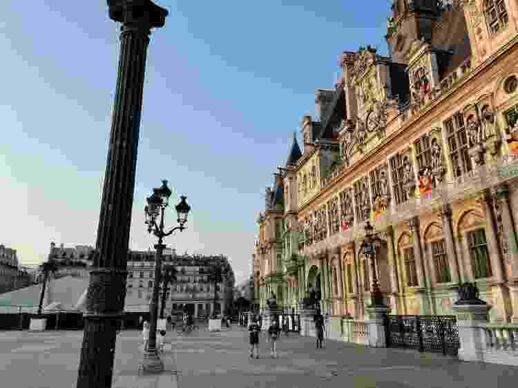"""A primeira guilhotina que o mundo teve notícia foi erguida perto da fonte da atual praça da Prefeitura de Paris, onde antigamente se reuniam multidões famintas de sangue para assistir as execuções públicas, algumas com personagens bem famosos. O local se chamava então """"Place de Grèves"""", e uma grève, ao contrário do que se pode imaginar, era um serviço temporário para quem estava desempregado - o famoso """"job"""", versão medieval -  RFI/Marcia Bechara -  RFI/Marcia Bechara"""