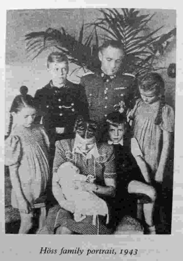 Retrato da família Höss em 1943, época em que Hedwig, esposa do comandante nazista Rudolf Höss, lucrava com o ateliê no campo de concentração - Reprodução/Twitter - Reprodução/Twitter