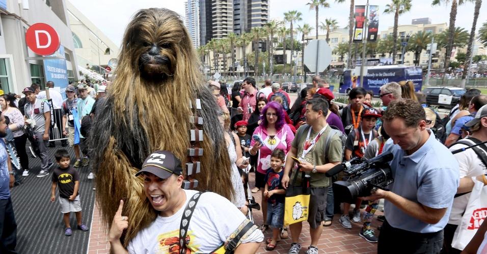 """9.jul.2015 - Homem vestido como Chewbacca, de """"Star Wars"""" posa para fotos do lado de fora da Comic-Con, em San Diego"""