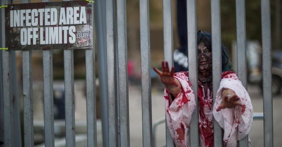 11.jul.2015 - Visitante da Comic-Con participa da Walking Dead Escape, experiência que simula um apocalipse zumbi semelhante ao da série, no Petco Park, em San Diego