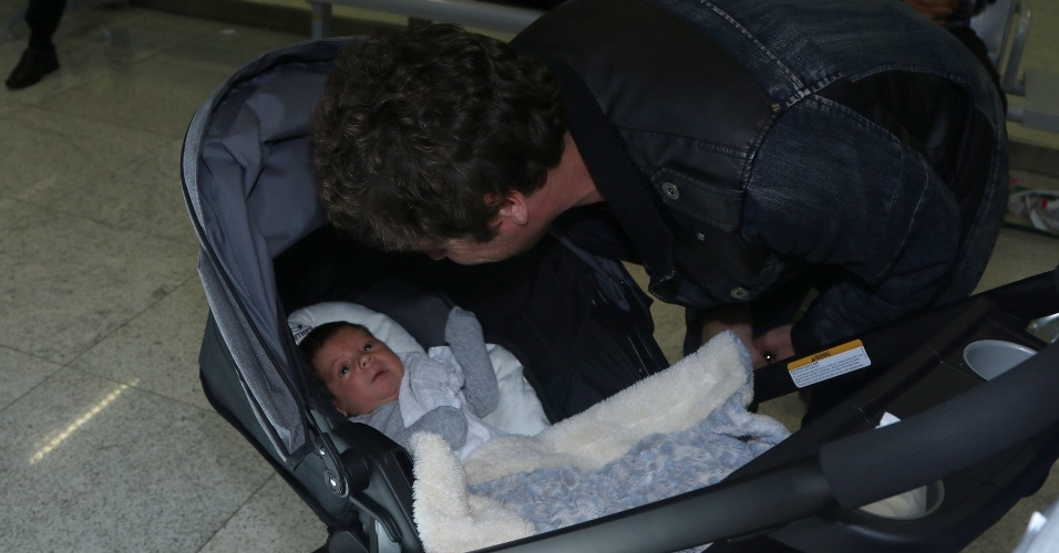 30.jul.2015 - Hudson conhece o pequeno Davi, filho que nasceu nos Estados Unidos e que ele ainda não tinha tido a oportunidade de conhecer