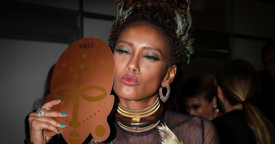 28.jan.2015 - Rainha do Baile da Vogue 2016, Taís Araújo posa para fotos na sua chegada ao evento, que aconteceu na noite desta quinta-feira