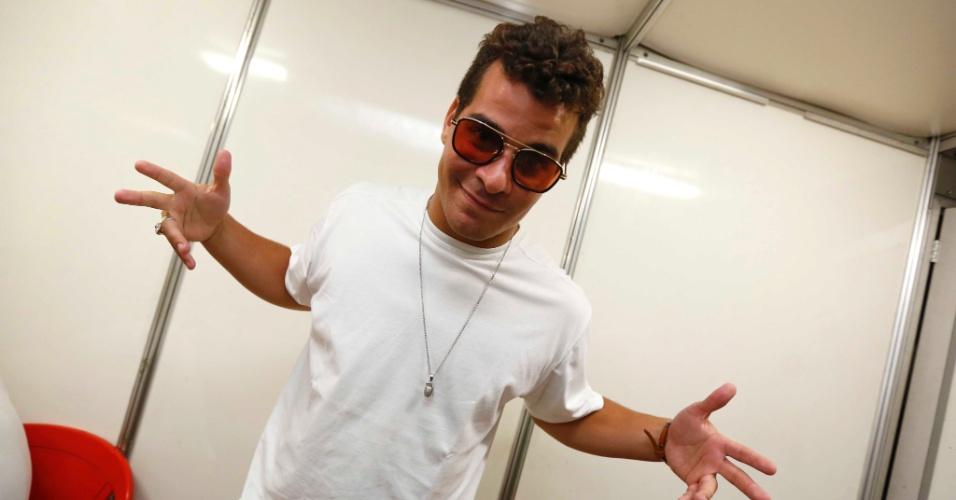 5.fev.2016 - Thiago Martins tira onda de óculos escuros antes de fazer show no CarnaUOL. O ator e cantor promete hits marcantes de Mamonas Assassinas, pagode e sertanejo