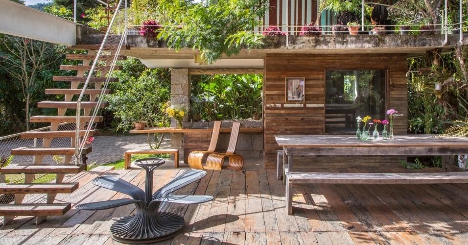 Todos os espaços da casa Samambaia, projetada pelo arquiteto Rodrigo Simão, são integrados. A cozinha, onde o casal adora preparar refeições, fica no mesmo ambiente do estar, do jantar e do home theater e se abre para o exterior onde está a piscina