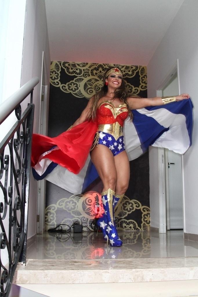 1.abr.2016 - Vestida de Mulher-Maravilha, Viviane Araújo comemora 41 anos com festa à fantasia. A comemoração aconteceu em uma casa de festas em Bangu, no Rio de Janeiro
