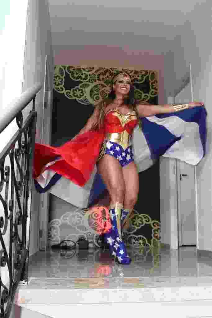 1.abr.2016 - Vestida de Mulher-Maravilha, Viviane Araújo comemora 41 anos com festa à fantasia. A comemoração aconteceu em uma casa de festas em Bangu, no Rio de Janeiro - Anderson Borde/AgNews