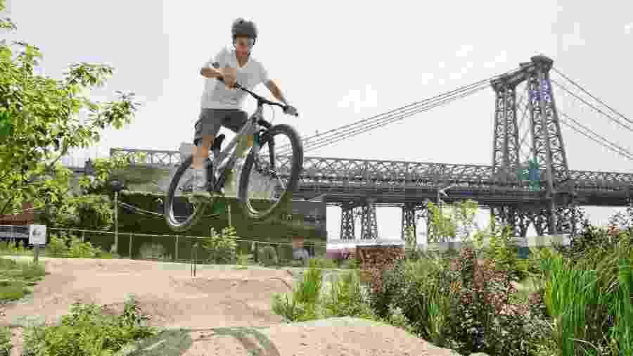 Joan Geraldo durante a prática de pump biking no parque de bicicletas do Brooklyn, em Nova York - Willie Davis/The New York Times