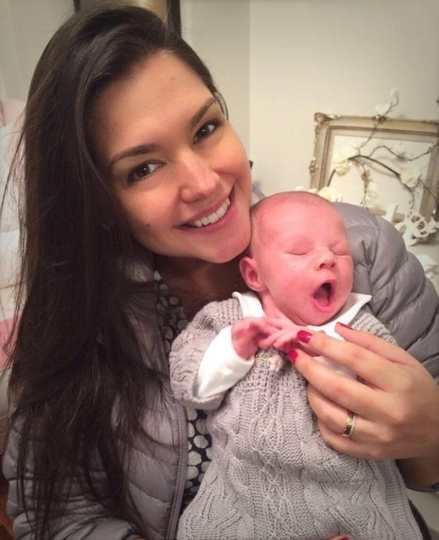 29.ago.2016 - Thais Fersoza mostrou para seus seguidores o rosto de Melinda, sua filha com Michel Teló