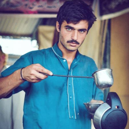 Arshad Khan vende chá em uma tradicional feira de domingo em Islamabad - Javeria Ali