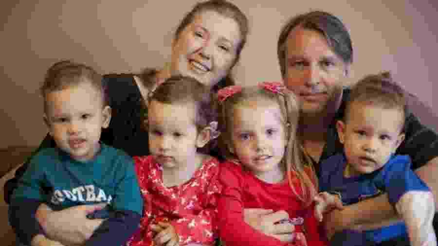 A ex-executiva Andrea Jacoto, com o marido, André, a filha mais velha, Larissa (de olhos azuis), e os trigêmeos - Roberto Setton/UOL