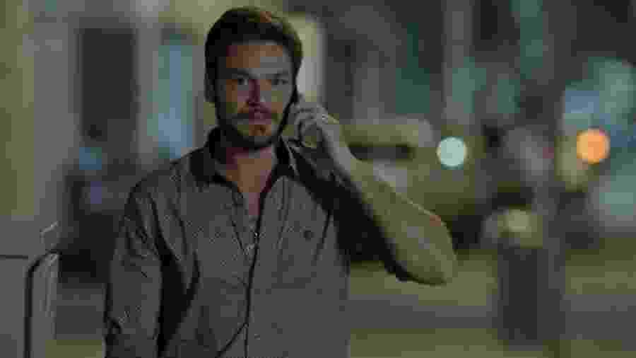 """Rubinho (Emílio Dantas) sai de fininho da festa da mulher em """"A Força do Querer"""" - Reprodução/GShow"""