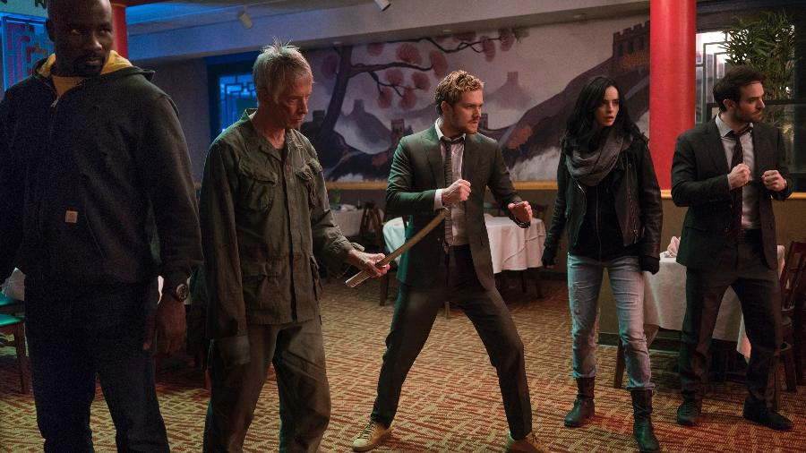 "Luke Cage (Mike Colter), Stick (Scott Glenn), Punho de Ferro (Finn Jones), Jessica Jones (Krysten Ritter) e Demolidor (Charlie Cox) em cena de ""Os Defensores"" - Divulgação/Netflix"