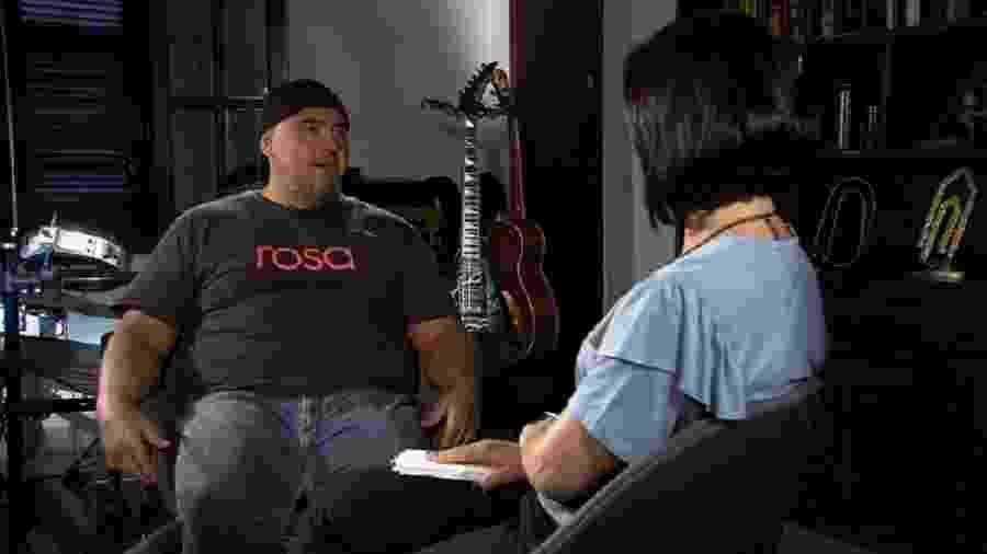 """O vocalista e guitarrista Digão entrevistado do programa """"Conversa com Roseann Kennedy"""" - TV Brasil"""