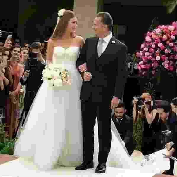 O casamento de Marina Ruy Barbosa começou às 16h30min na mansão da família do noivo, Alexandre Negrão, em Campinas. A atriz se emocionou ao entrar no tapete branco rumo ao altar com o pai Paulo Ruy Barbosa - Reprodução/Instagram