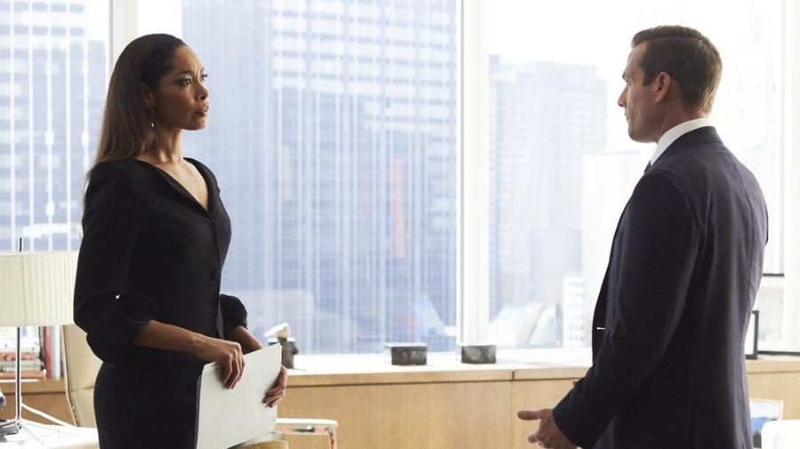 """Gina Torres e Gabriel Macht em cena de """"Suits"""" - Reprodução"""