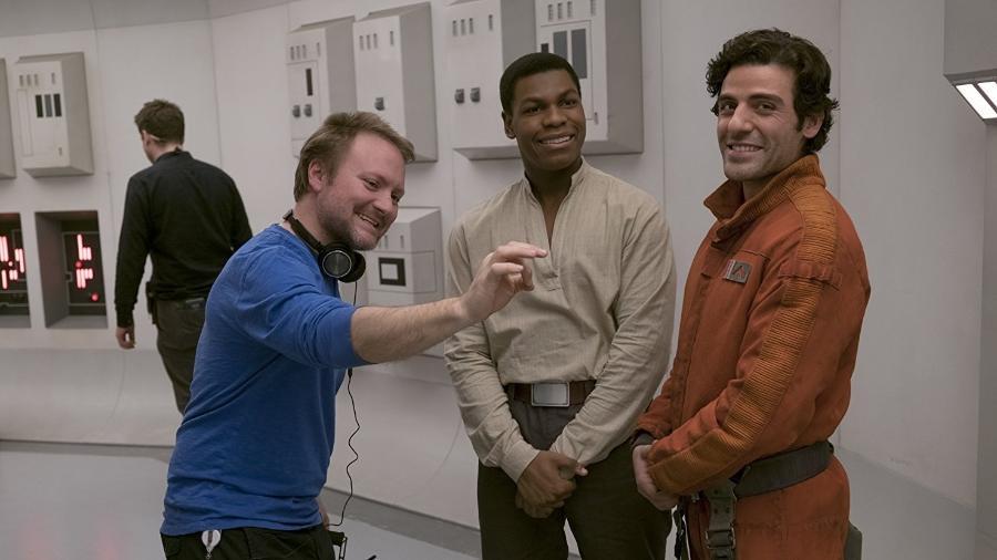 """O diretor Ryan Johnson com os atores John Boyega (Finn) e Oscar Isaac (Poe) nos bastidores de """"Star Wars: Os Últimos Jedi"""" - Reprodução"""
