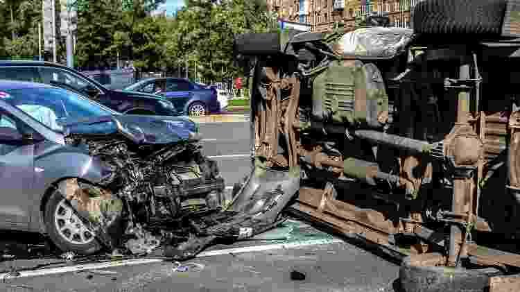Acidente de trânsito em Moscou: o carro virado é uma ambulância, que estava atendendo uma ocorrência - Getty Images