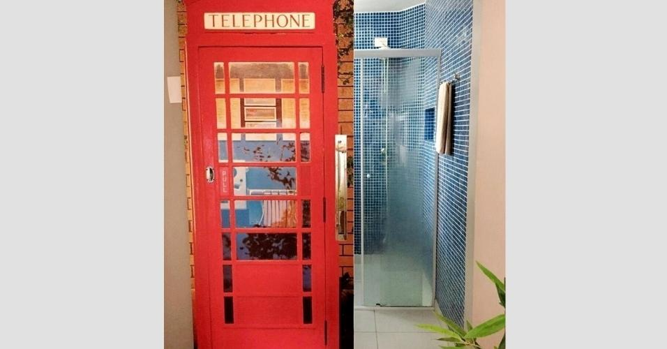 Não só portas de mobílias se reinventam com colagens de papel e adesivo de parede. As de dentro de casa, como as que abrem em ângulo de 90 graus e as de correr, também. No projeto ao lado, como o banheiro é de frente para a cozinha, um jeito criativo de disfarçá-lo foi colar sobre sua porta uma foto da típica cabine telefônica de Londres