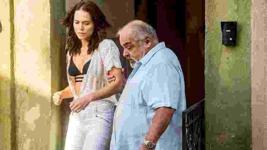 Agenor (Roberto Bonfim) expulsa Rosa (Leticia Colin) de casa  - João Cotta/Globo