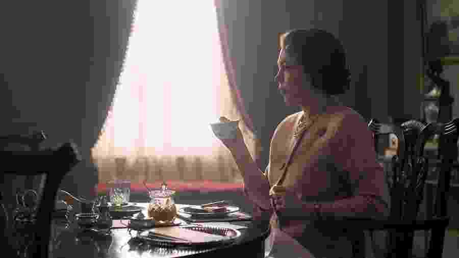 """Olivia Colman em cena de """"The Crown"""", que estreia em novembro - Reprodução"""