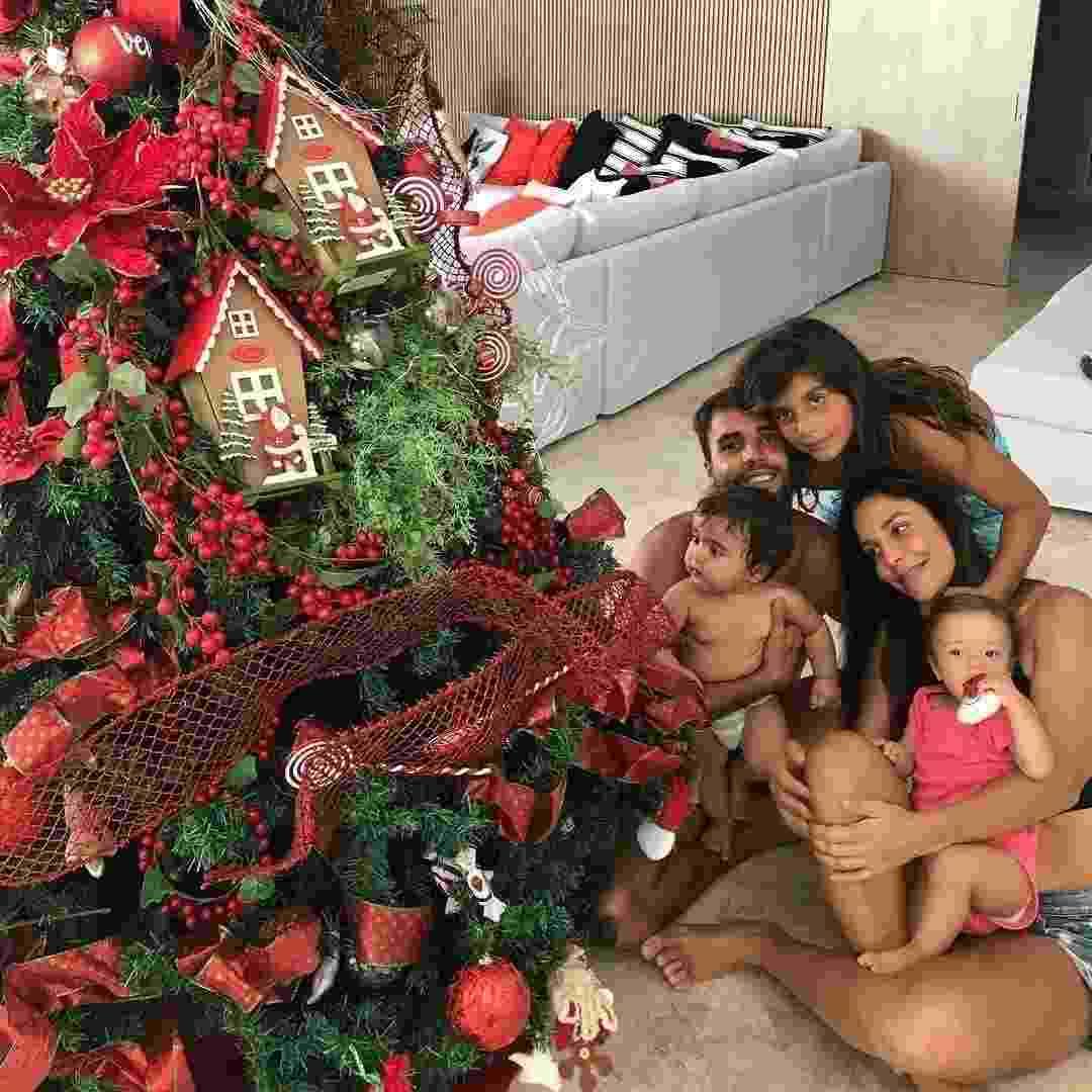 Ivete Sangalo e Daniel Cady comemoram, ao lado de Marcelo, de 8 anos, o primeiro Natal das gêmeas Marina e Helena, de 10 meses - Reprodução/Instagram