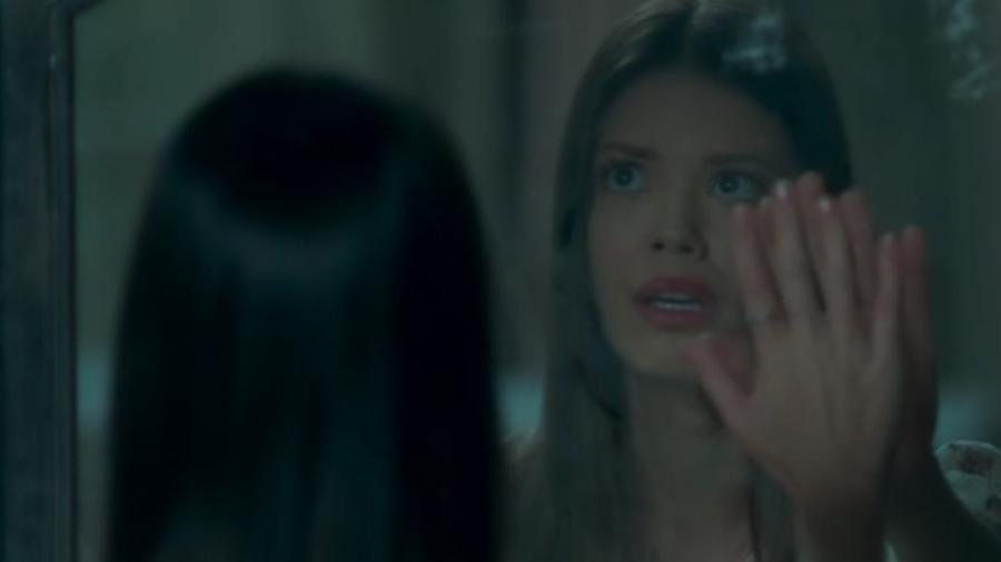 """Cris contempla o portal do espelho em """"Espelho da Vida - Reprodução/Globo"""