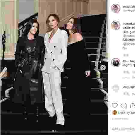 Kim e Kourtney Kardashian posam ao lado de Victoria Beckham - Reprodução