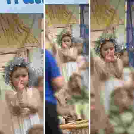 Menina levanta o dedo do meio para a plateia em peça para mostrar machucado - Reprodução/Instagram