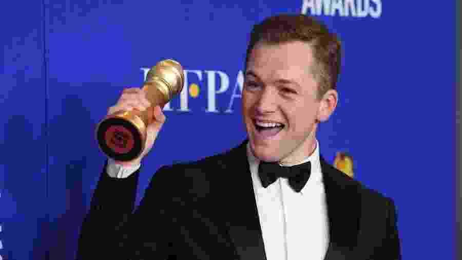 """Taron Egerton com o seu Globo de Ouro de melhor ator em comédia ou musical por """"Rocketman"""" - Daniele Venturelli/WireImage"""