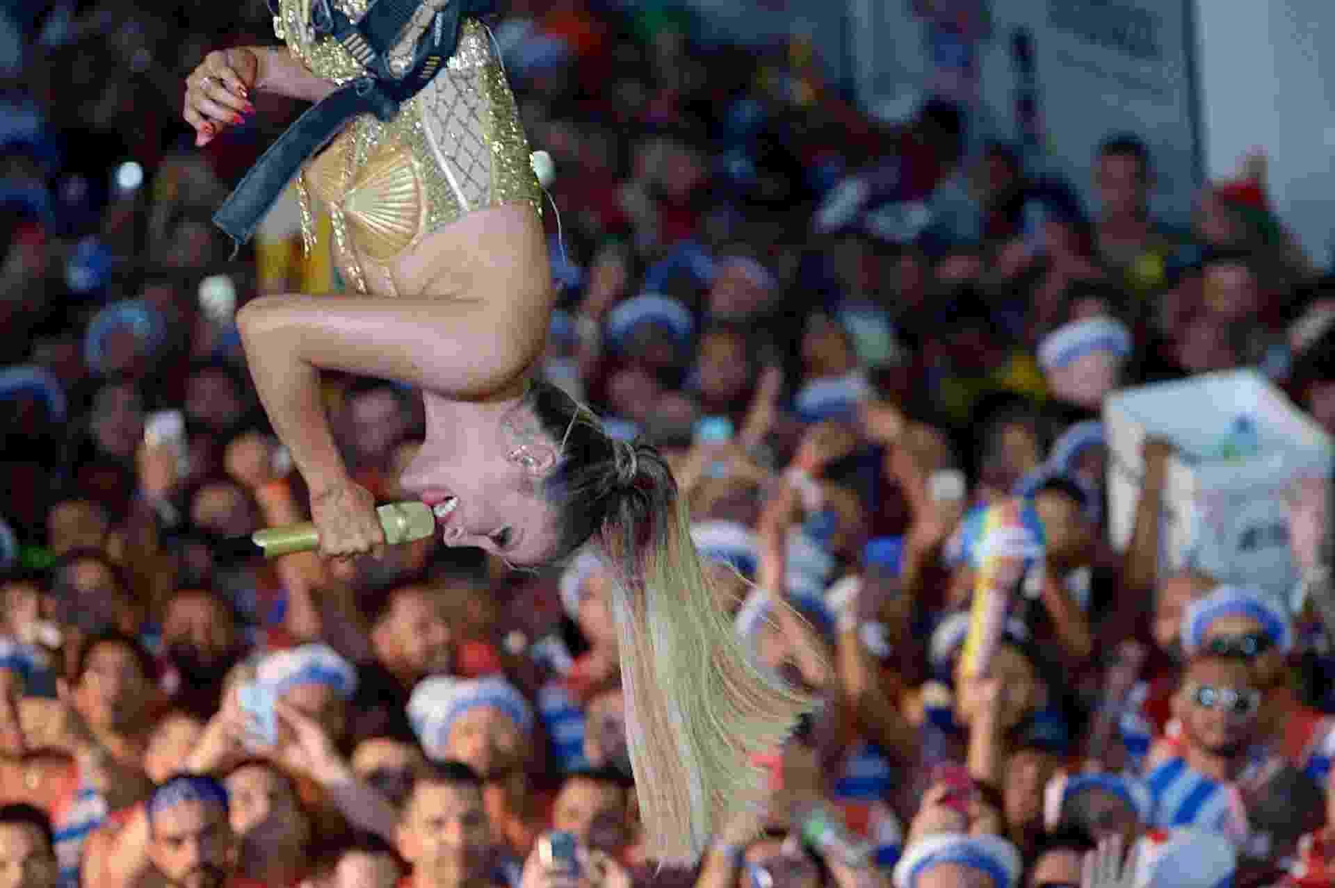 Claudia Leitte é içada em guindaste durante seu trio em Salvador - André Muzel/Brazil News