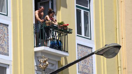 Antes mesmo da quarentena obrigatória, os portugueses já estavam isolados voluntariamente em casa  - Getty Images