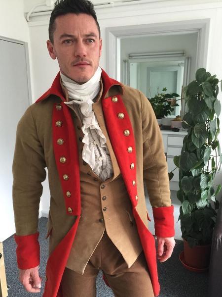 Luke Evans posta foto com fantasia de Gaston - Reprodução/Instagram