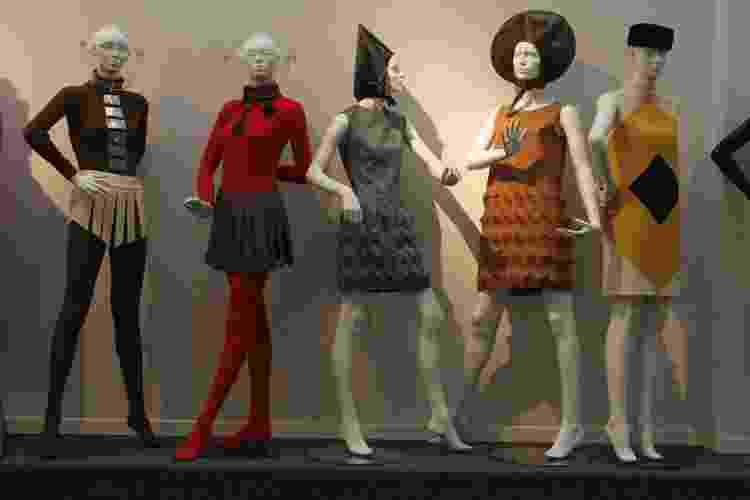 09.11.2006 - Peças das coleções 1965-1970 de Pierre Cardin, exibidas no museu de Saint-Ouen, na França - Gamma-Rapho via Getty Images - Gamma-Rapho via Getty Images