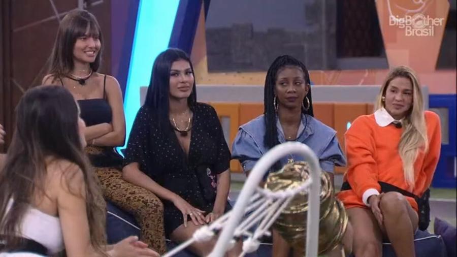 BBB 21: Pocah e Camilla de Lucas olhando para Juliette - Reprodução/Globoplay