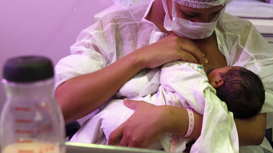Mãe amamenta usando máscara - Ricardo Cassiano/Prefeitura do Rio de Janeiro