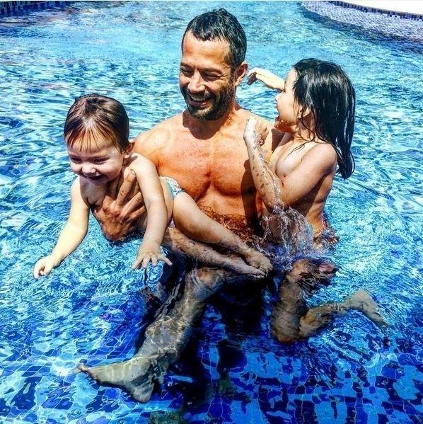 16.set.2015 - O sol e os termômetros na casa dos 30 graus, no Rio de Janeiro, levaram Malvino Salvador curtir uma piscina na manhã desta quarta-feira (16). O ator postou uma foto no Instagram ao lado das filhas Sofia e Ayra aproveitando o lazer