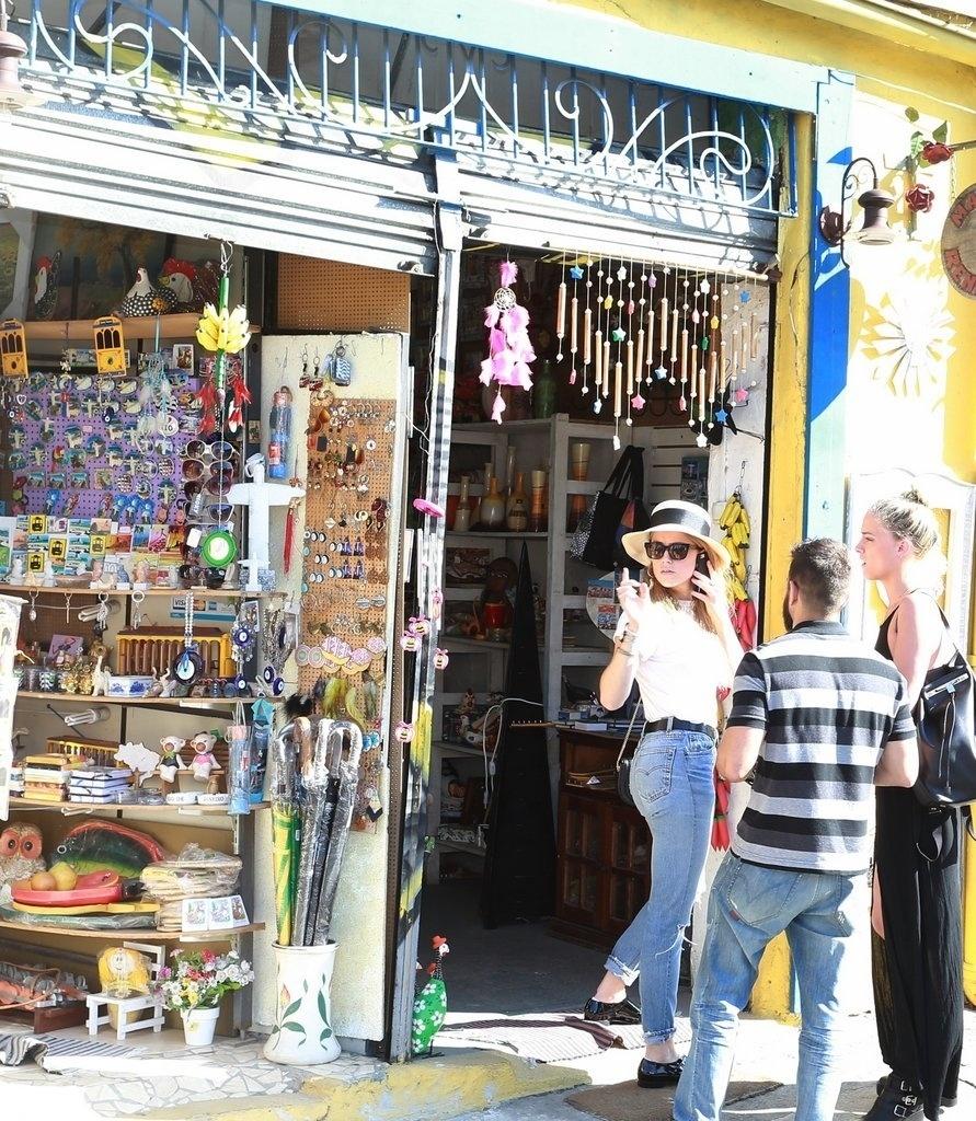 22.set.2015 - Depois de ter deixado o noivo Johnny Depp no hotel, Amber Heard tratou de passear por alguns pontos turísticos do Rio como Lapa e Santa Teresa. A atriz chegou a fazer compras em um loja de artesanato