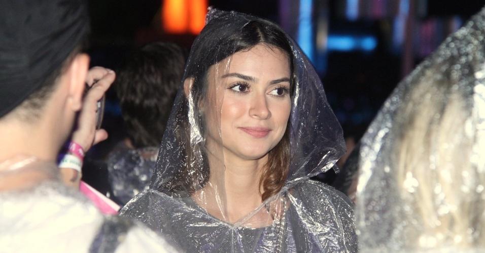 27.set.2015 - Em dia de chuva no Rock in Rio, Thaila Ayala usa capa para acompanhar os shows na pista