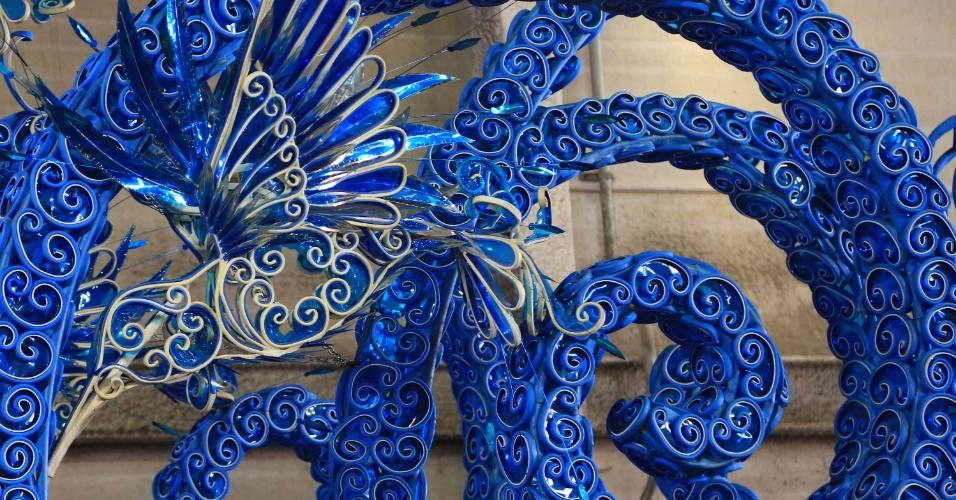 O azul, cor da Beija-Flor, está em muitos detalhes e alegorias no barracão da escola