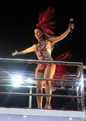 4.fev.2015 - Mari Antunes comanda o trio elétrico do Babado Novo no circuito Barra Ondina, em Salvador