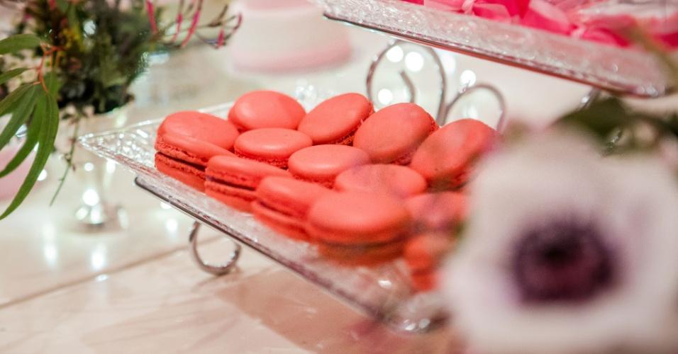 Macarons de framboesa, doce francês feito com farinha de amêndoa, também foram servidos no chá da tarde de Stephanie