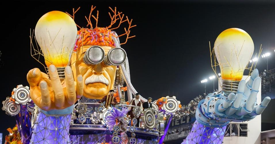 6.fev.2016 - Carro alegórico homenageia grandes inventores como Albert Einstein no desfile da Gaviões da Fiel, na madrugada deste sábado